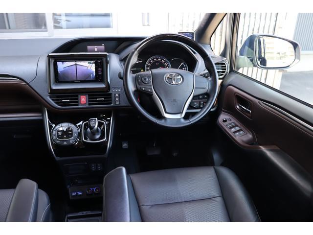 ハイブリッドには、S-FLOW装備!室内温度や助手席の乗員を検知し、自動的に運転席側だけを無駄なく空調することでエアコンの負担を軽減。低燃費はもちろん、車内の静粛性にも貢献します