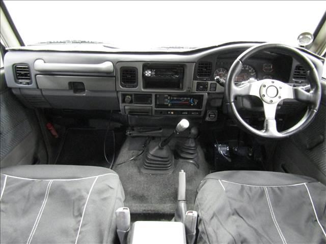 LX 5速マニュアル リフトアップ リアデフロック 電動ウインチ 純正ナロー 4ナンバー登録 新品グッドリッチATタイヤ 背面付 ディーゼルターボ 前席KINGSシートカバー 本州仕入(13枚目)