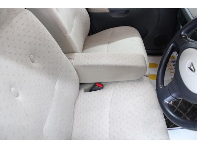 運転席にはロングドライブには欠かせないアームレストの装備もございます★