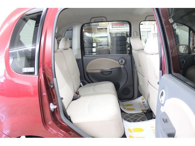 分割可倒式リヤシート。後席のリリースロック機構により、2分割で前方へ倒れるリヤシート。トランクに入りきらない長い荷物も積載可能です。