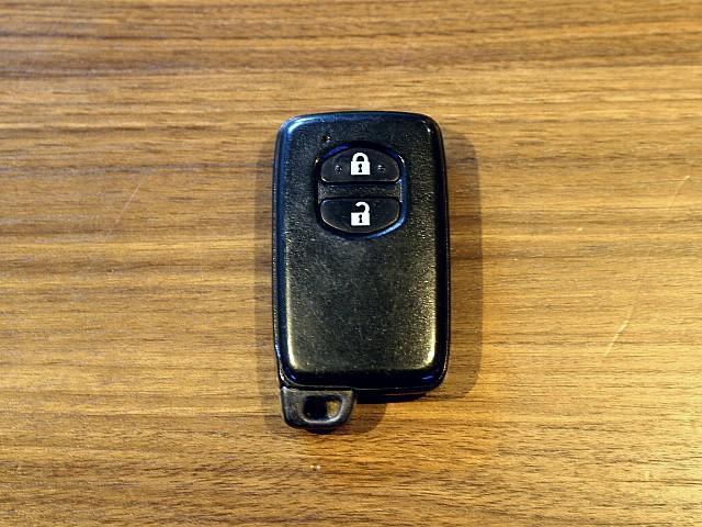 スマートキー♪ポケットやバッグに鍵を入れた状態で、鍵の施錠解錠、エンジンの始動ができます。