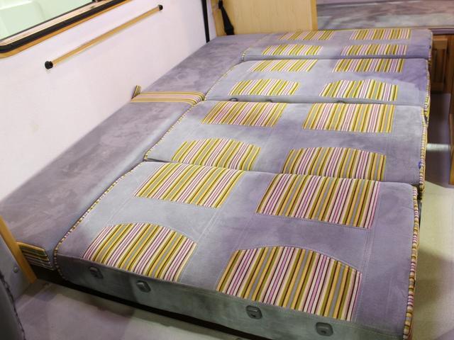 ダイネットのベッド寸法は約127cmX186cm(大人2名)になります。