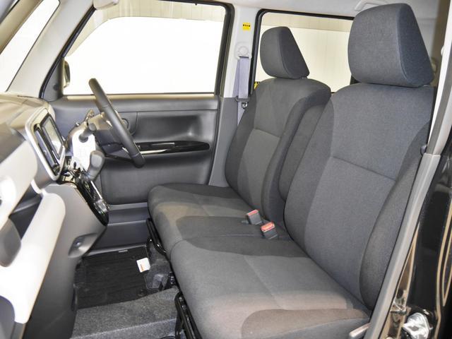 余裕たっぷりで、ゆったり座れるフロントベンチシート!手荷物も置きやすいですよ♪アームレストも付いて快適です♪SRSサイドエアバック付きです!