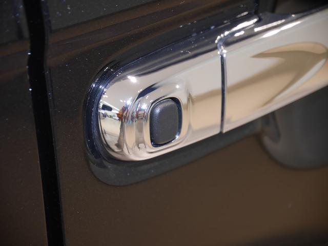 スマートキーを携帯していればスイッチひとつでスライドドアの開閉とドアの開錠ができるワンタッチオープン機能付き。スイッチはバックドア側にもついてます