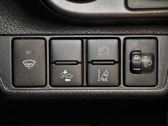 フロントガラス熱線スイッチ、プリクラッシュセーフティスイッチ、オートマチックハイビームスイッチ、レーンディパーチャーアラートスイッチ、ヘッドライト光軸調整