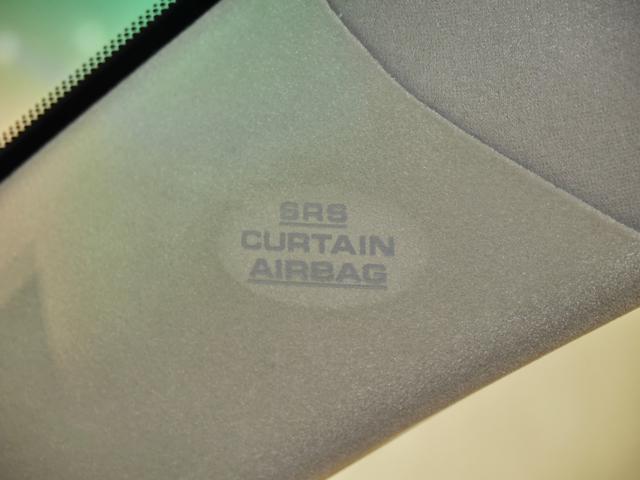 車両側方からの衝撃に対して頭部側面を覆うように広がり、衝撃を緩和するSRSカーテンエアバック付いてます