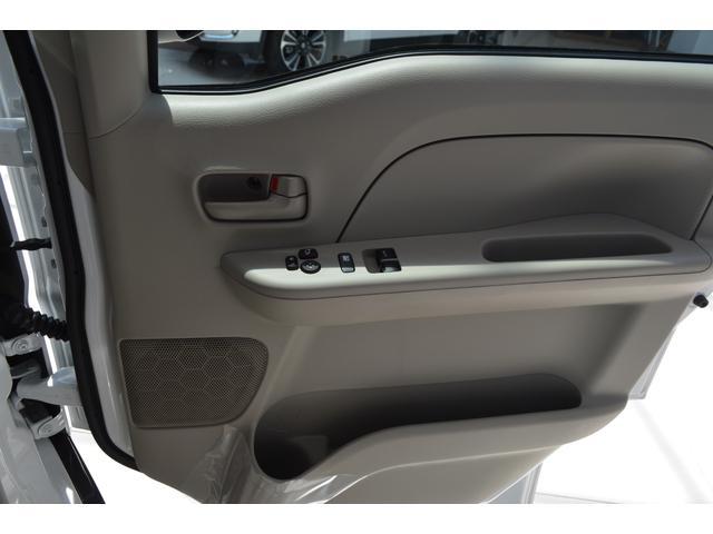 シフトノブの位置がステアリングに近く、運転しやすいインパネシフトを採用、これにより広い前席足元空間を確保してウォークスルーを実現し、助手席側からの乗り降りもスムーズです