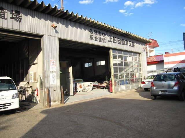 事務所隣の整備工場、弊社は北海道運輸局指定工場です。