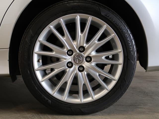 ホイールは18インチアルミホイールになります。夏冬タイヤをセットでお付けします♪タイヤサイズは235/45/18