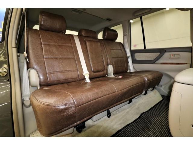 後部座席は大人の方でもゆったりとお座りいただけるスペースが御座います♪