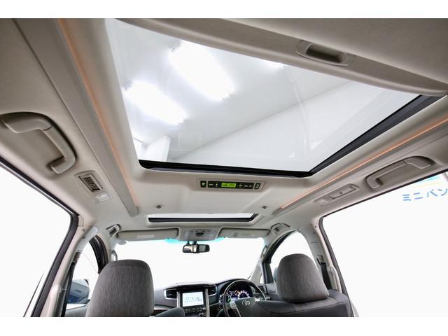 ツインサンルーフからの明かりが、車内を開放的な空間にしてくれます♪