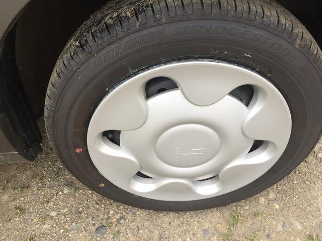 タイヤはさほど使用感ありません。純正の14インチホイール&キャップ装着