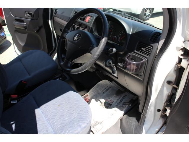 当社は指定工場完備。指定工場は別名民間車検場と呼ばれ、陸運支局に代わって車検(検査)を行うことができる工場です。陸運局と同じ検査ラインを自社の工場に持っております。年間2000台以上の整備実績!