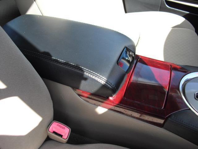 コンソール廻りは赤目のウッドを多用し高級感を感じさせます。BOXも装備