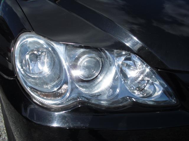 異型のヘッドライトは3連灯。ロービームはプロジェクタータイプのHIDライトです