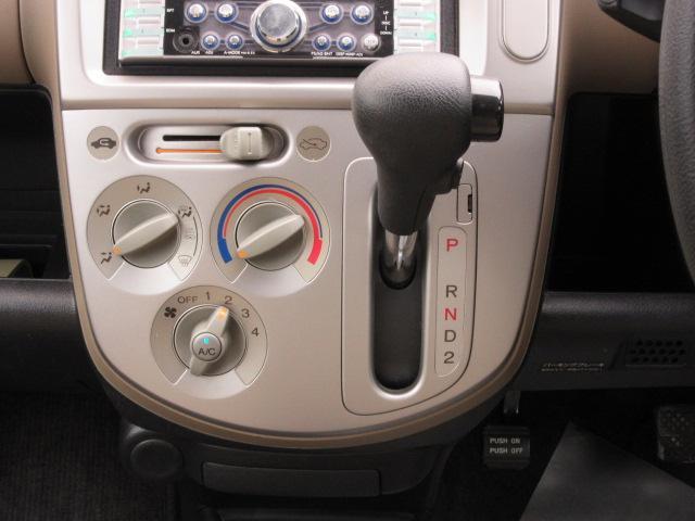 シフトまわり、エアコンスイッチ類もキレイに使われています。