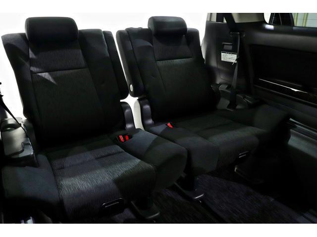 3列目シートも余裕の空間となっています♪乗車定員7名でのドライブも快適です♪
