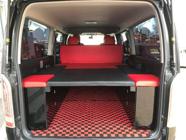 車内はハンドル・シート・マットすべて赤と黒で統一されています!