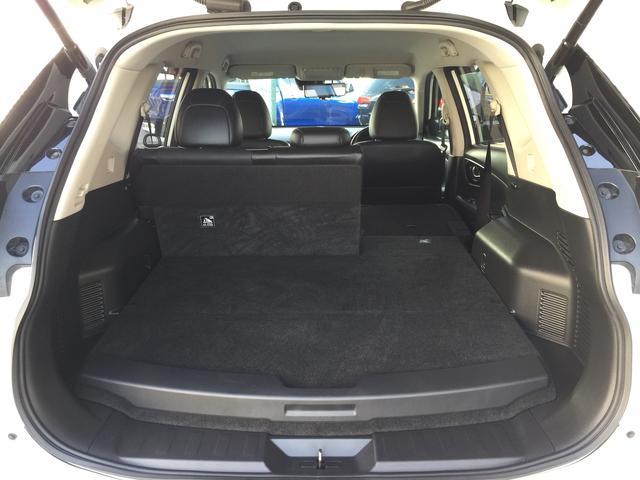 セカンドシートはセパレートタイプになります。乗車人数に合わせてシートレイアウトを変えることが可能です!!