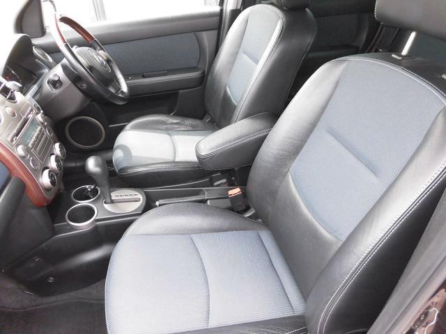 運転席シートもほとんど傷みやスレも無く車内も嫌な臭いも無くとても良好な状態です。ハーフレザーシートが素敵です。