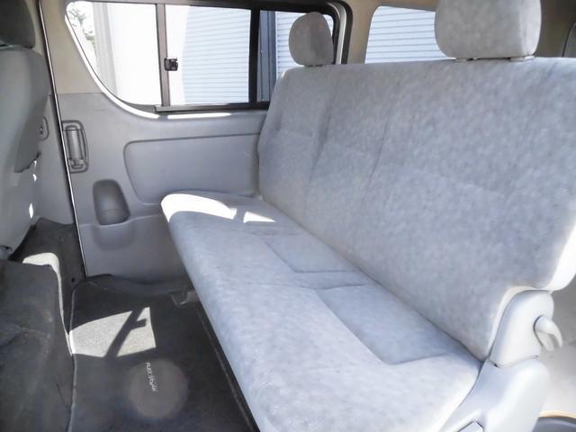 リヤシートもかなりと広く、大人が乗っても不満無くお乗り頂けます♪室内に気になる臭いなどももちろん有りません。