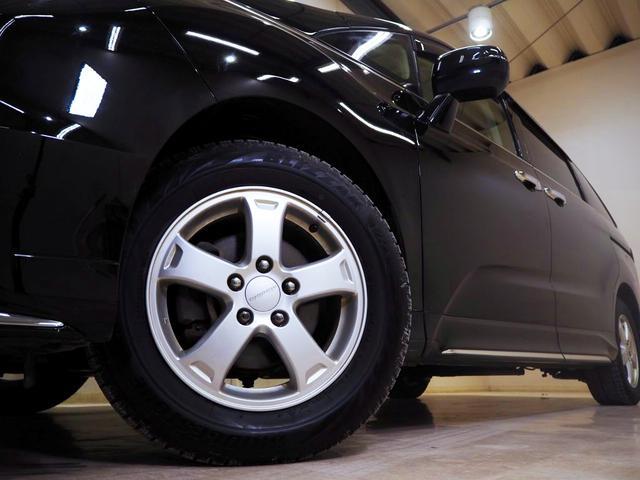 ホイルは社外16インチアルミホイルになります。タイヤは夏冬セットでお付けしますので、余計な出費もかさまず安心です。タイヤサイズ215-60-16。