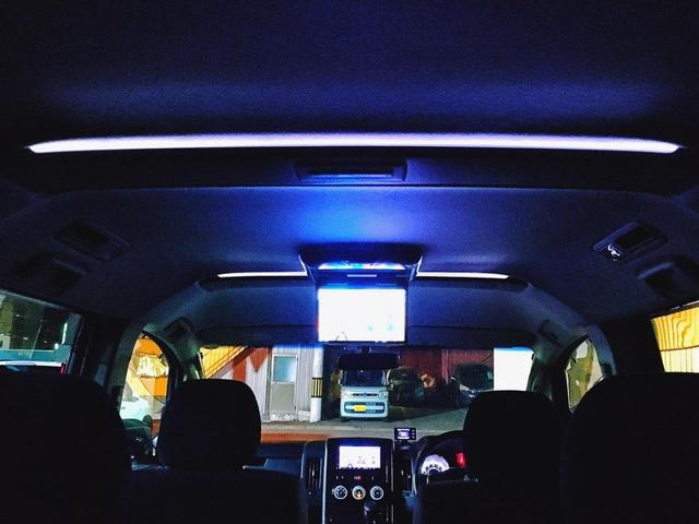 ヘッドユニット&10.2型フリップダウンモニターはアルパイン製で統一(*'▽') もはやミニバンの必須アイテムですね♪ ルーフイルミネーション付きで夜間の車内をムーディーに演出してくれます(*'▽')