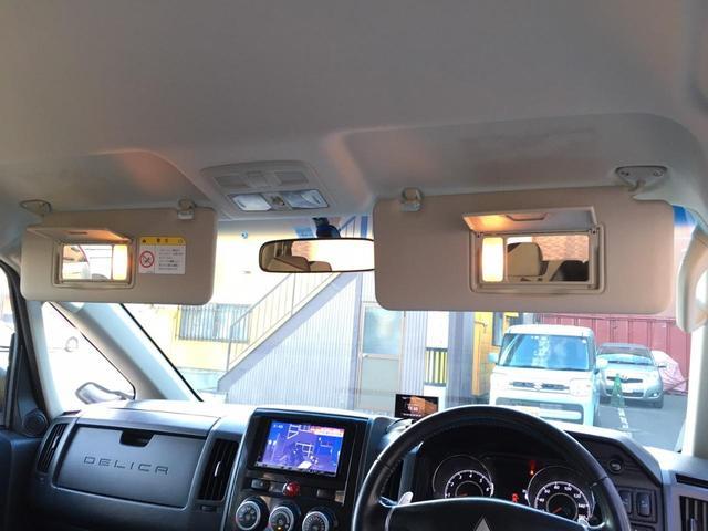 運転席&助手席サンバイザーには照明付きバニティミラー完備♪