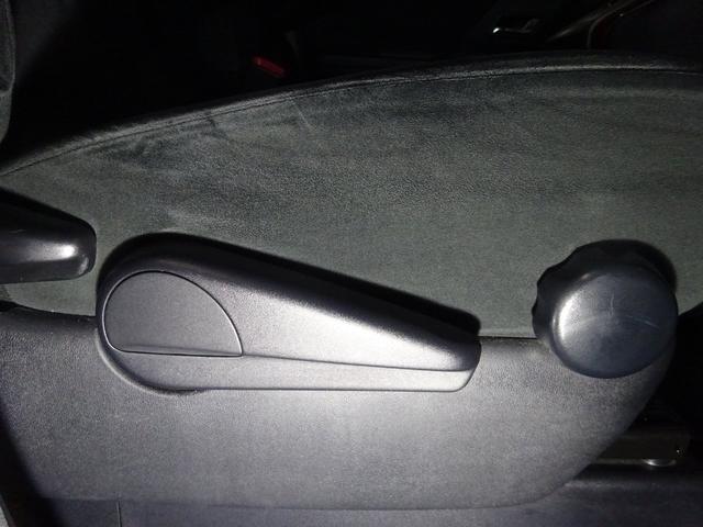 運転席シートアジャスター付きです。