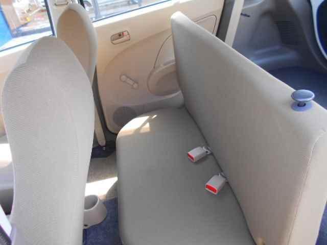 座面がスライドしますので足元が広く使えます。
