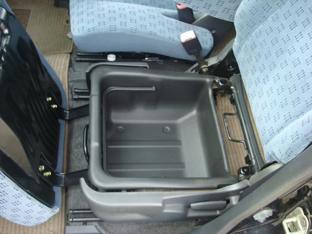 助手席シート下にも大きな収納!