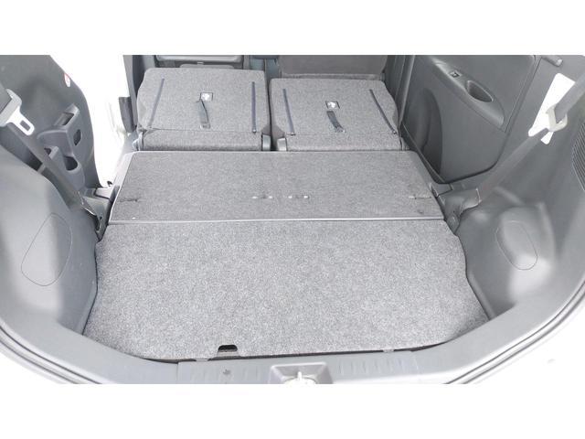 後部座席は平らに折り畳むこともでき、大きい荷物等を楽々積むことが出来ます!