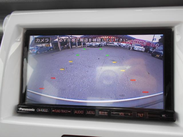 ★バックカメラ装備★「R」の位置にすると、自動的に後方の様子をカラー画像(車幅/距離/予想進路線表示機能付)で表示。バックの際の安心感を高めます★