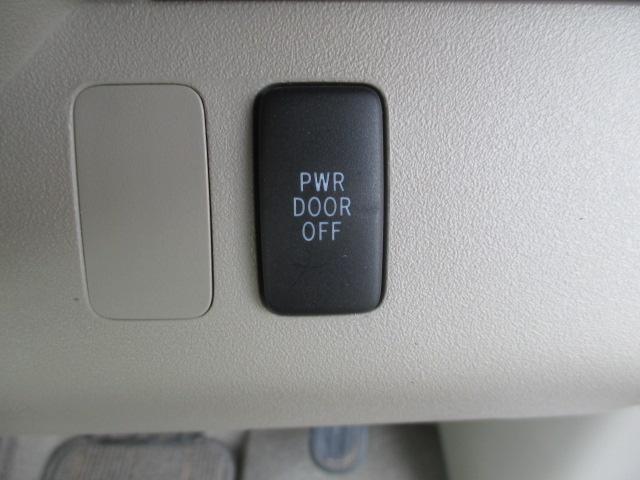 電動スライドドアが付いてます。車内のスイッチ等でも操作ができますので、送迎の際などにも便利です★