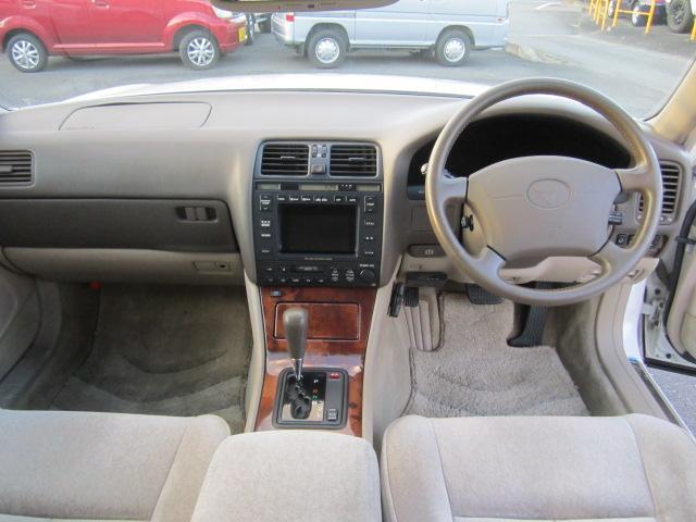 車内空間は広く確保されており、運転席、助手席共に上質な空間が演出されております。