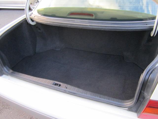 トランクルームはフラグシップセダンらしくしっかりと容量が確保されております。ゴルフバッグも余裕で収納できます。