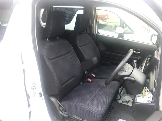 フロントシートは便利で広々なベンチシートタイプです。中央部分にはアームレストもあります。家のソファーみたいです♪快適な空間で運転出来ますね♪