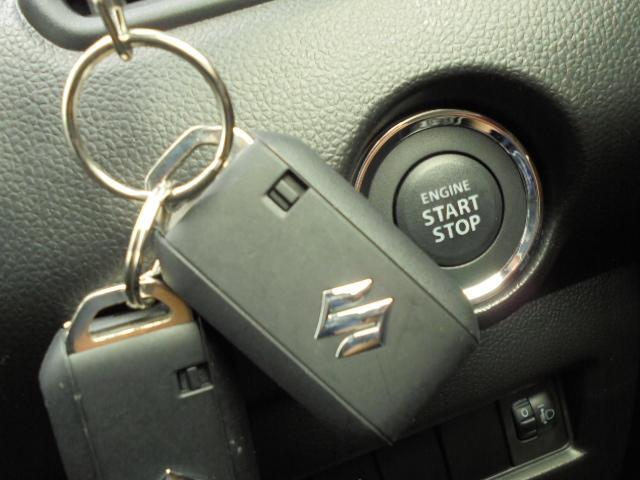 スマートキーにプッシュスタート。キーをバッグなどから出さずとも、鍵の開け閉めが可能です。