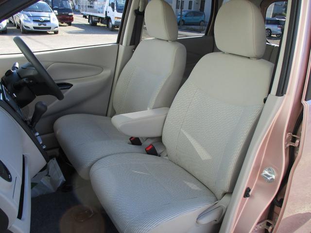 アームレスト付きベンチシートで足元もスッキリ広々♪長距離も楽に運転できます!