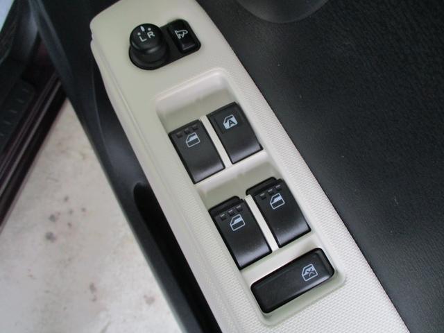 もちろん全席パワーウインドウ搭載!運転席はスイッチ1つで窓が自動で全閉、全開できるオートモード付!