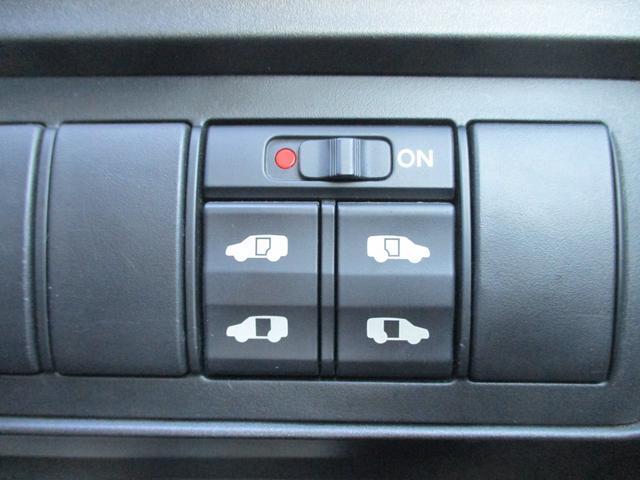 両側電動スライド搭載!小さいお子様やお荷物を両手に持ちながらの乗車をお手伝い出来ます!運転席からスイッチ一つで開閉出来路上での一時的なお迎えにも重宝します!