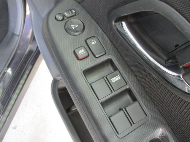 もちろん全席パワーウインドウ搭載!運転席はスイッチ1つで全閉全開できるオートモードパワーウインドウ搭載!