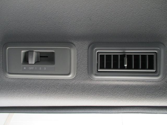 車内の温度変化で心配な後座席も快適空間に!独立した冷風調整機能付き!!
