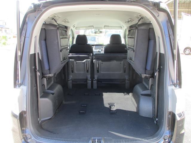 セカンドシートを折り畳みサードシートを両サイドに跳ね上げれば更に広々荷室に!!奥行き1640mm幅980mm(最小)高さ1130mmの大空間!