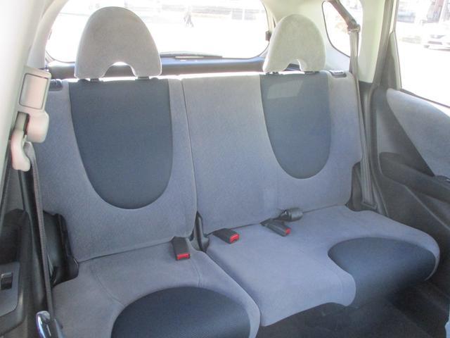 後席も考えられています!足を組んでも前方座席が邪魔にならない空間を実現!足元も段差のないフラット設計!狭さを感じさせません♪♪