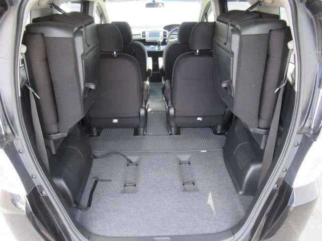 サードシートをたためば、フラットで広いスペースが現れます。
