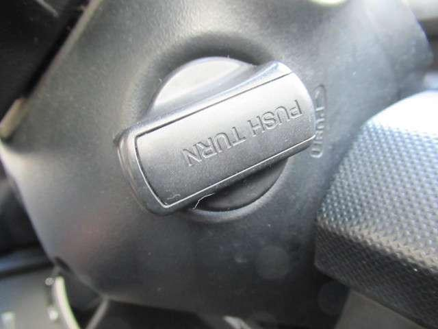 スマートキーで、鍵穴を探すことなくエンジンを始動できます。