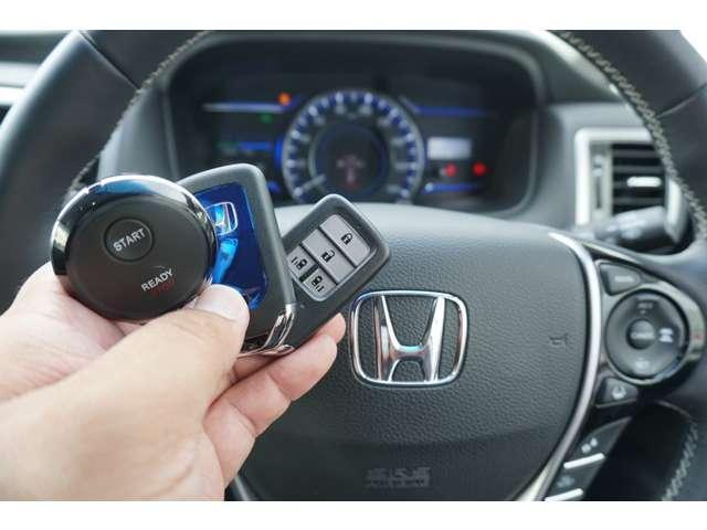 スマートキーは手でドアロックの開け閉めやエンジンの始動ができますので、リモコンをポケットに入れたままで、乗り出せます。またエンジンスターター付きで、乗り出す前に車内を快適な環境にすることができます。