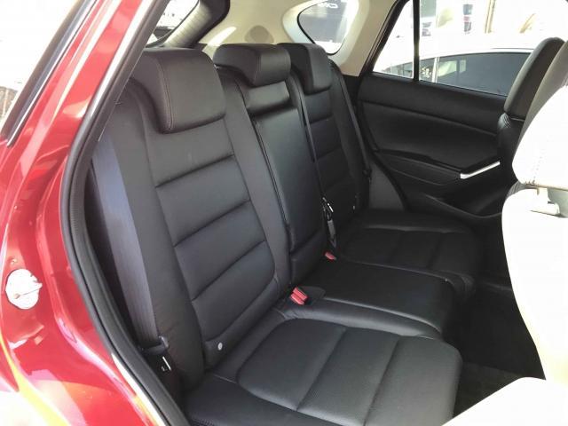 膝から前席シートバックまでの空間や、足が入る前席下の空間を大きく取り、ゆったりと足を伸ばせるスペースを確保しています広々!