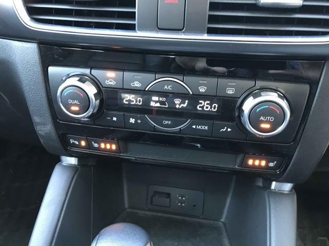 運転席、助手席でエアコンの設定温度が変えられるデュアルエアコン。